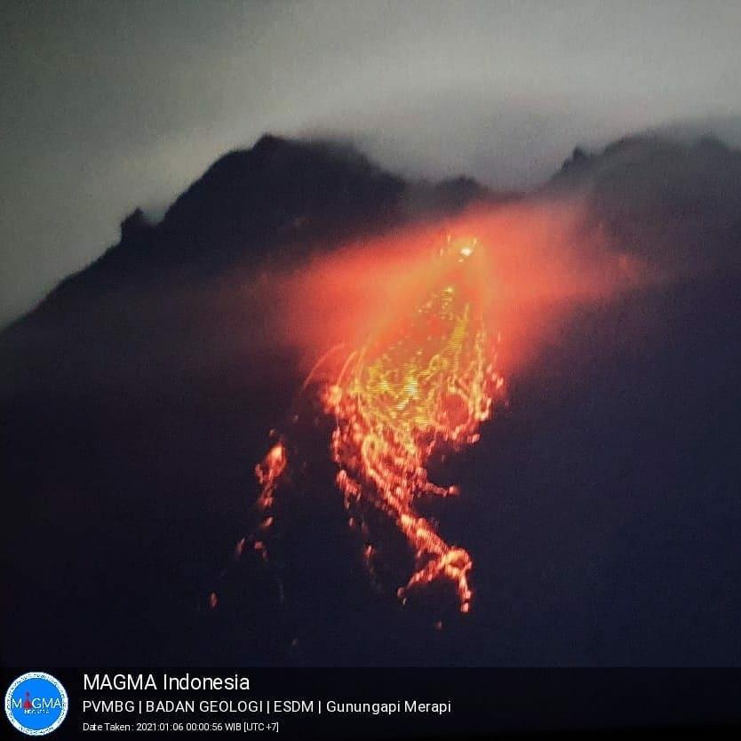 Gunung Merapi Luncurkan Lava Pijar